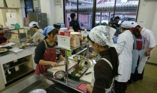 生徒同士で教え合いながら調理
